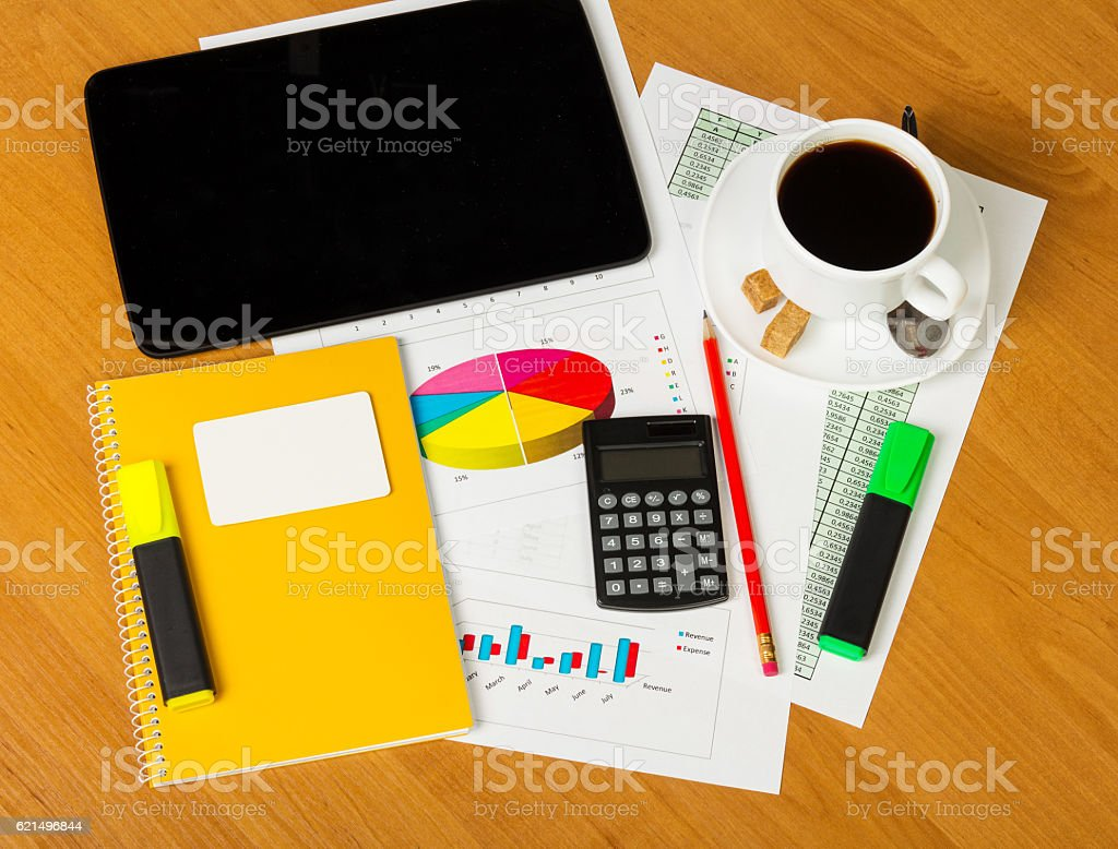 Calculator, notepad, business card, markers and cup coffee on worktable. foto stock royalty-free