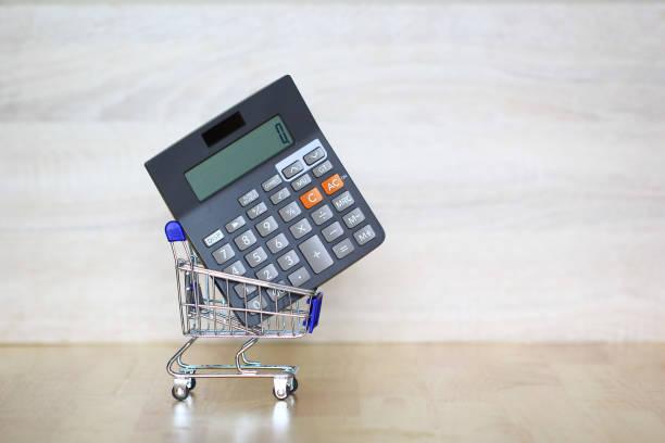 rechner auf modell miniatur warenkorb, shopping vertriebs- und erhöhung der steuern konzept - gefüllte bon bons stock-fotos und bilder