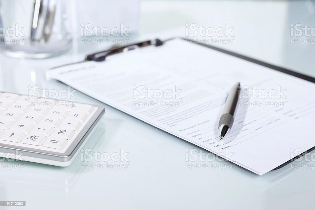 Rechner, Stift und Dokumente auf einem Schreibtisch – Foto
