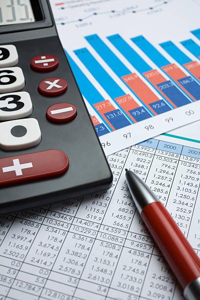 Rechner, Stift und finanzielle Grafiken – Foto