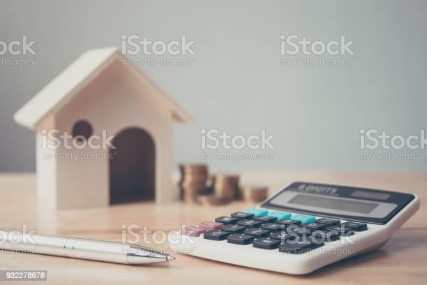 나무 집과 동전 스택 및 나무 테이블에 펜 계산기 부동산 투자 및 집 모기지 금융 개념 가격에 대한 스톡 사진 및 기타 이미지