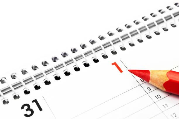 Kalender und roter Bleistift hautnah – Foto