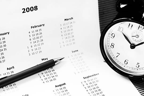 Kalender, Wecker und Stift – Foto