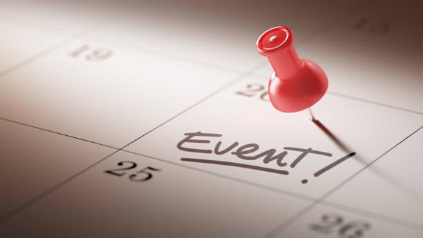 concetto di calendario con una spilla rossa - evento foto e immagini stock