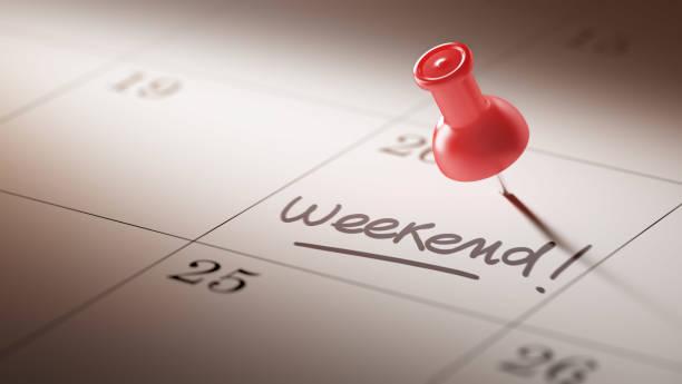 赤いピンのカレンダー コンセプト - 週末の予定 ストックフォトと画像