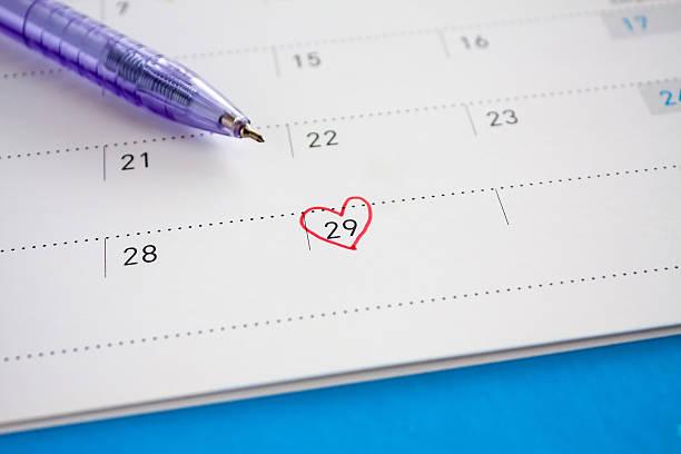 kalender kennzeichen am 29. tag - 25 29 jahre stock-fotos und bilder