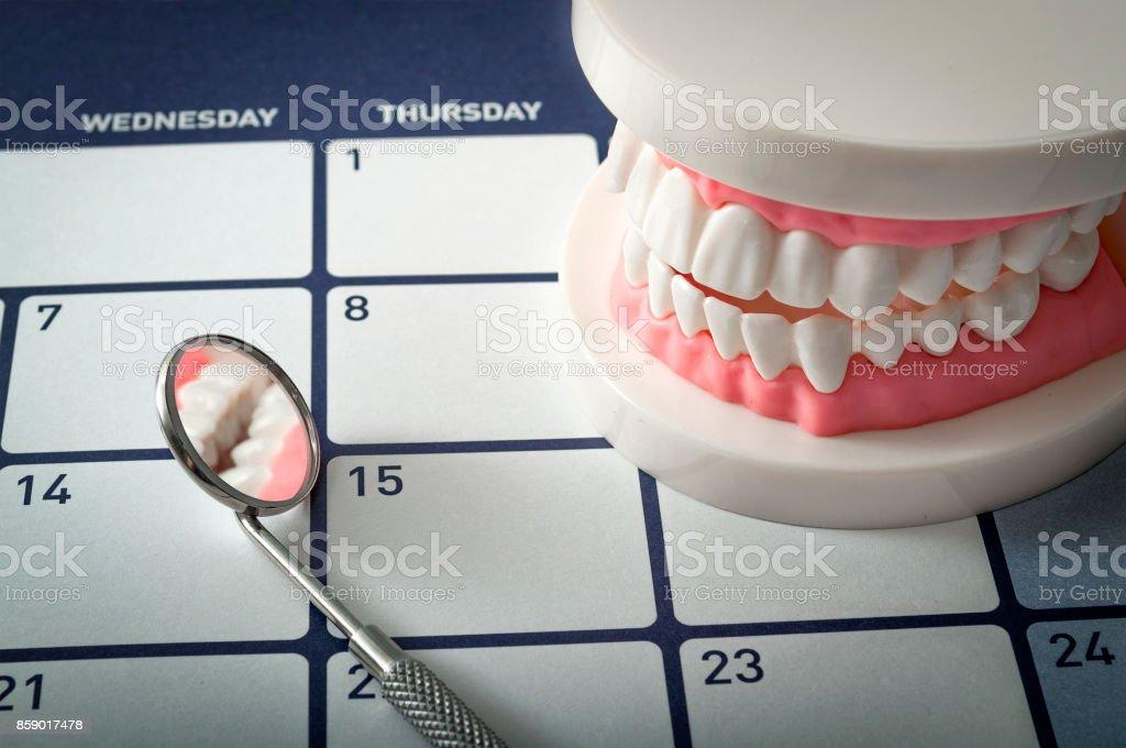 Kalender, Mundspiegel und Zahnersatz – Foto