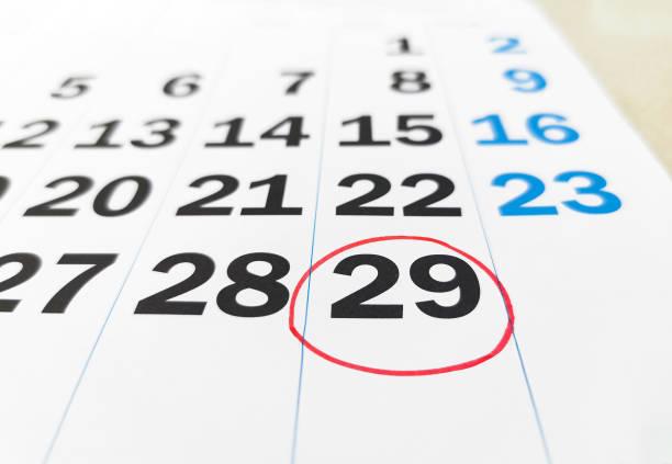 calendario de febrero en el año bisiesto con 29 número en círculo rojo - foto de stock