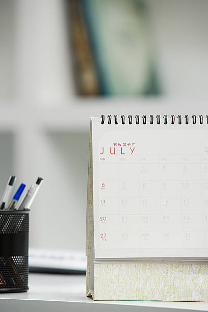 kalender auf schreibtisch - chinesischer kalender stock-fotos und bilder