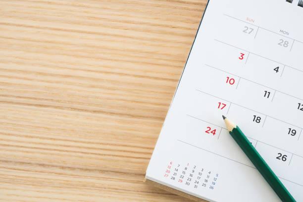 Kalenderseite mit Bleistift auf Holztisch Hintergrund – Foto