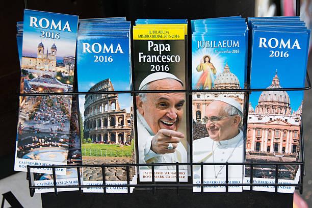 kalendarze na sprzedaż w rzymie - pope francis zdjęcia i obrazy z banku zdjęć