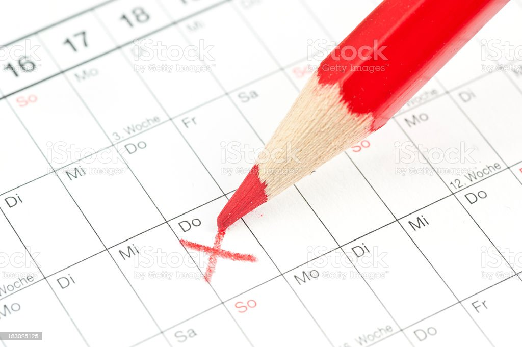 calender rotes Kreuz am Donnerstag - Deutscher Kalender mit Buntstift stock photo
