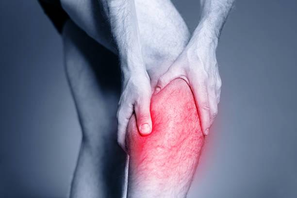 calf bein und muskeln schmerzen, verletzungen - wadenkrämpfe was tun stock-fotos und bilder