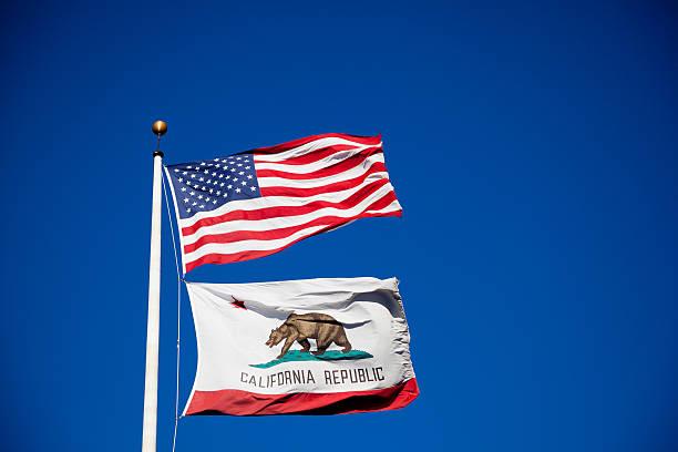 California, USA banderas en el viento - foto de stock