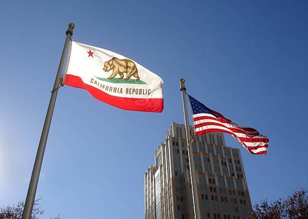 Banderas de California y de los Estados Unidos - foto de stock