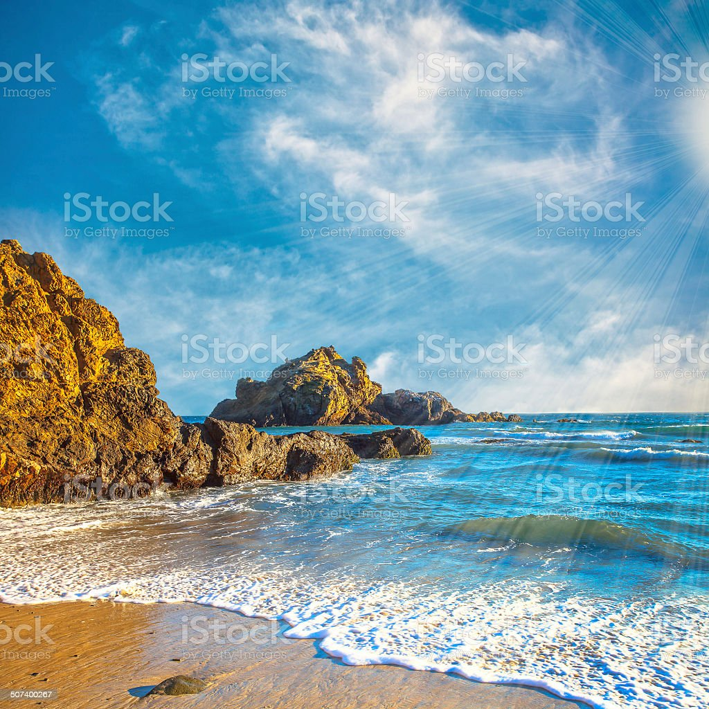 Costa californiana y azul cielo nublado, Pfeiffer Beach, USA - foto de stock