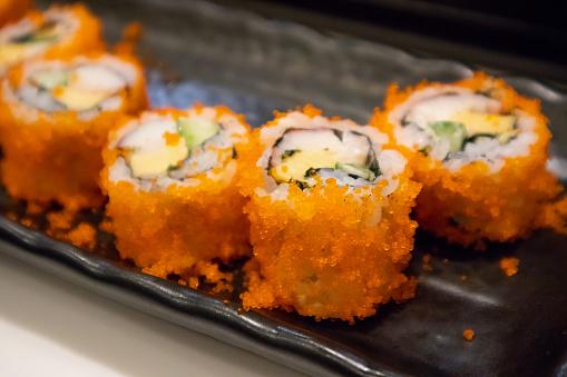 California Maki Sushi Roll Op Zwarte Plaat Japans Eten Stockfoto en meer beelden van Achtergrond - Thema