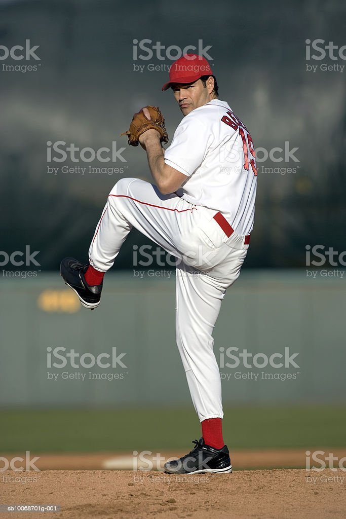 USA, California, San Bernardino, baseball pitcher preparing to throw, outdoors royalty free stockfoto
