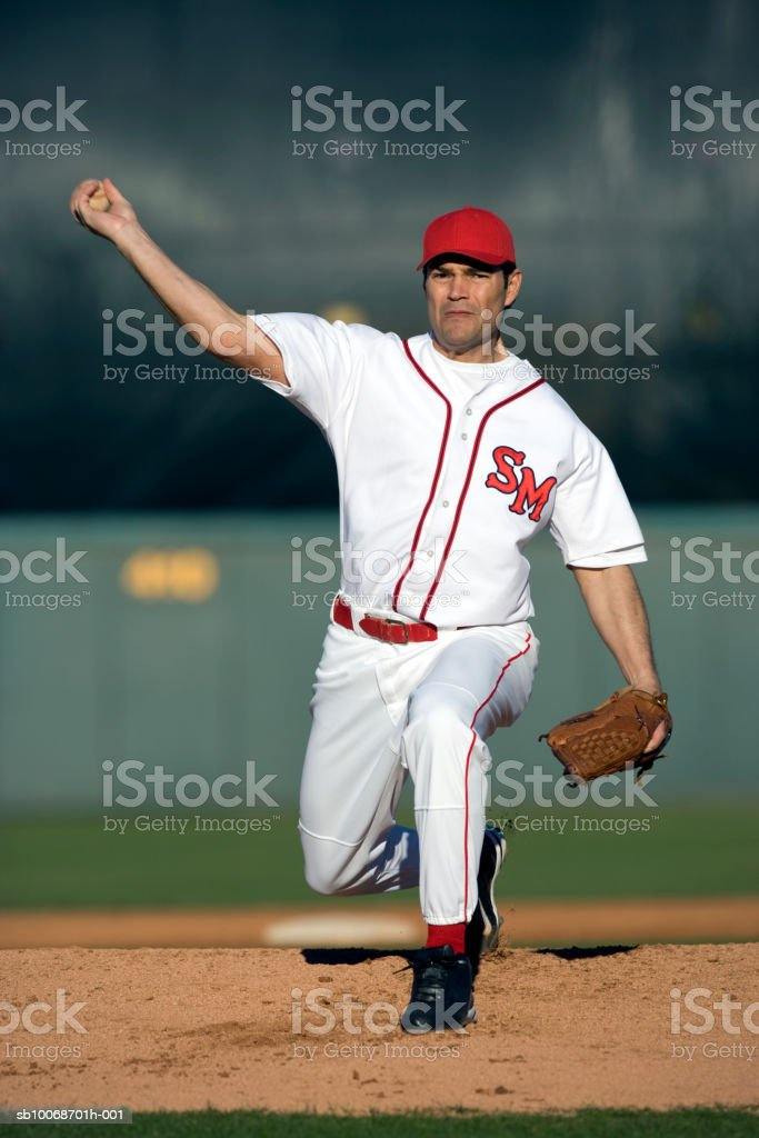 USA, California, San Bernardino, baseball pitcher throwing ball, outdoors royalty free stockfoto