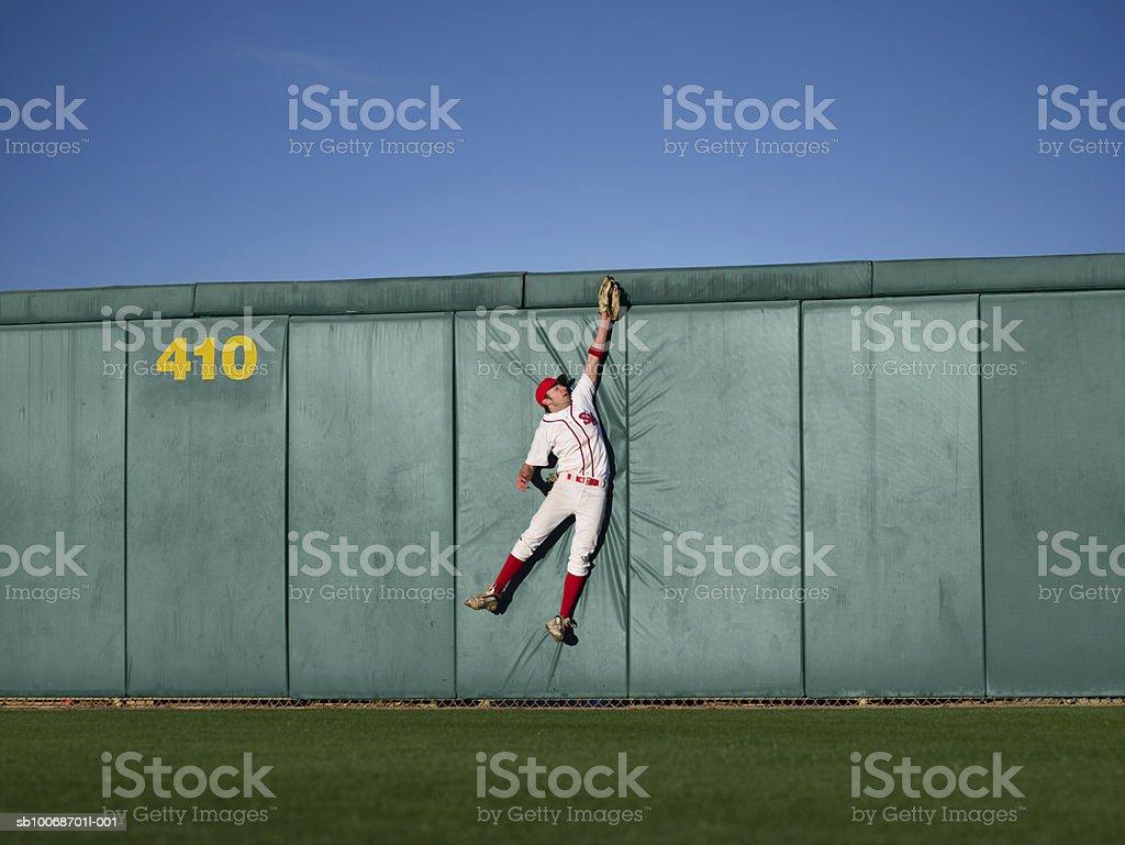 США, Калифорния в Сан-Бернардино, Бейсболист решений leaping Стоковые фото Стоковая фотография