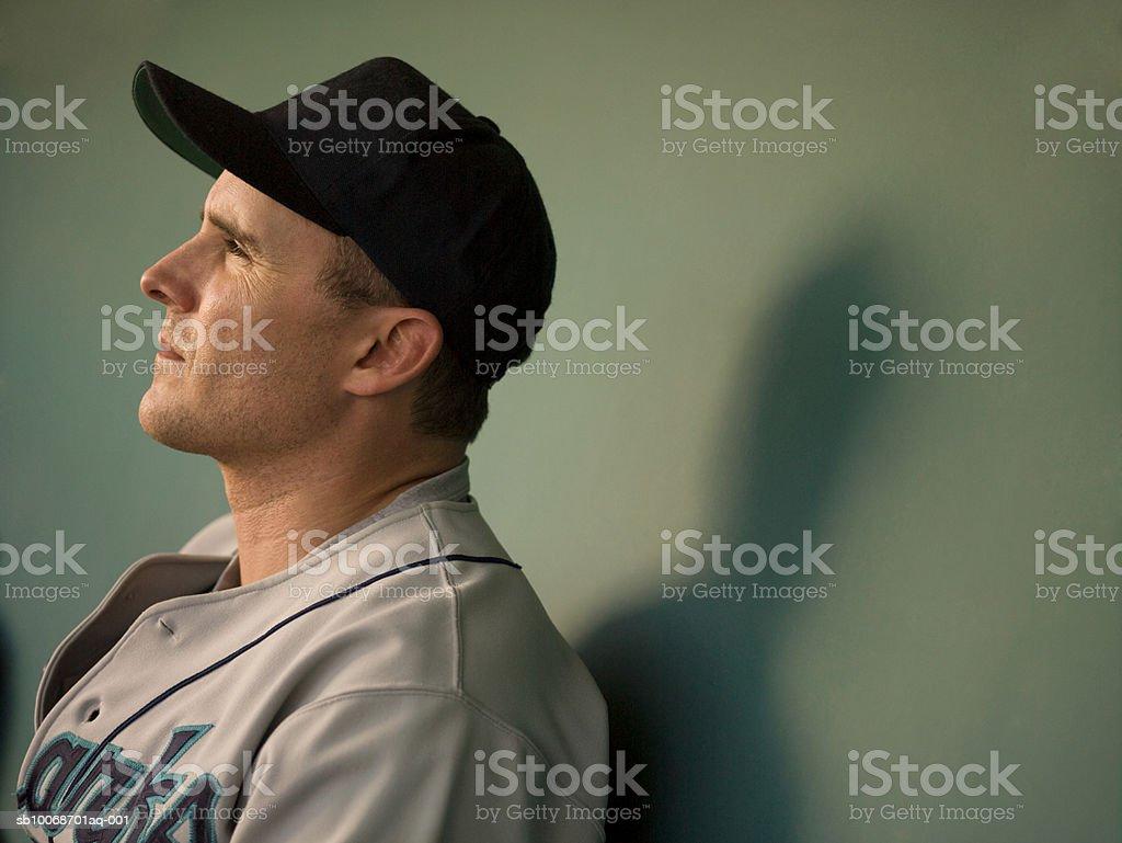 USA, California, San Bernardino, jugador de béisbol sesión en dugo foto de stock libre de derechos