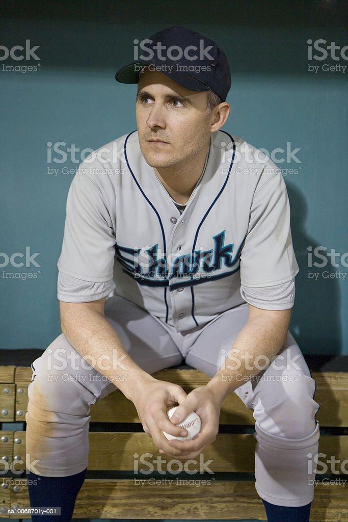 EUA, Califórnia, San Bernardino, sentado em dugo Jogador de beisebol foto royalty-free