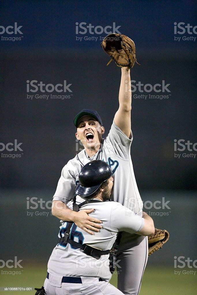USA, California, San Bernardino, baseball players celebrating victory royalty free stockfoto