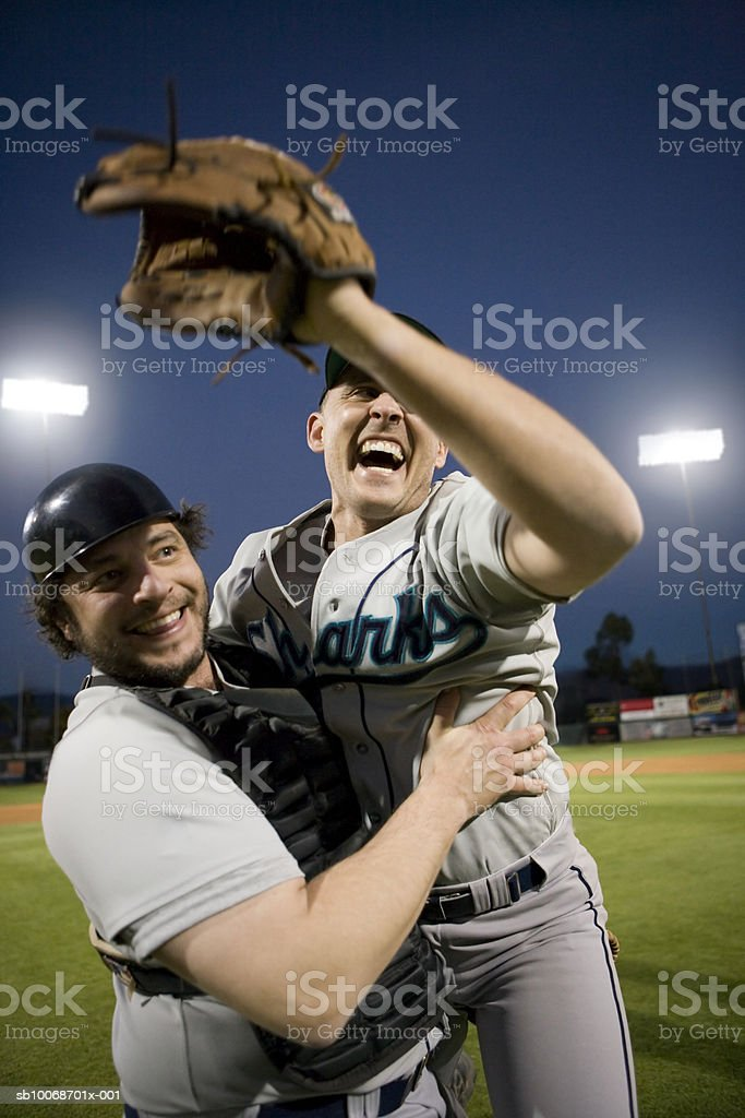 USA, California, San Bernardino, baseball players celebrating victory royalty free stockfoto