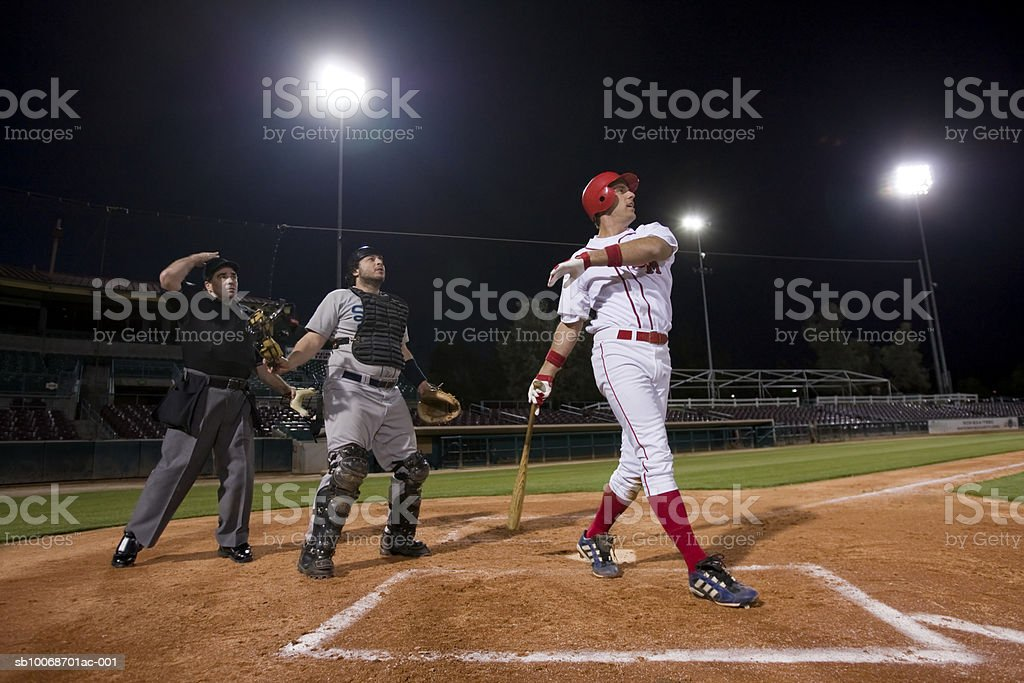 USA, California, San Bernardino, baseball players watching ball in game 免版稅 stock photo