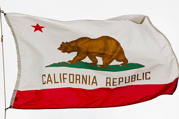 California State Flag contra blanco nube un cielo - foto de stock