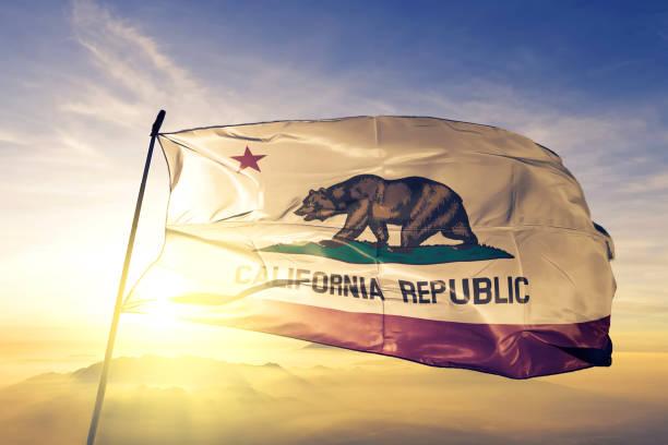 California estado de los Estados Unidos textiles tela tela de la bandera ondeando en la niebla de la niebla de amanecer superior - foto de stock