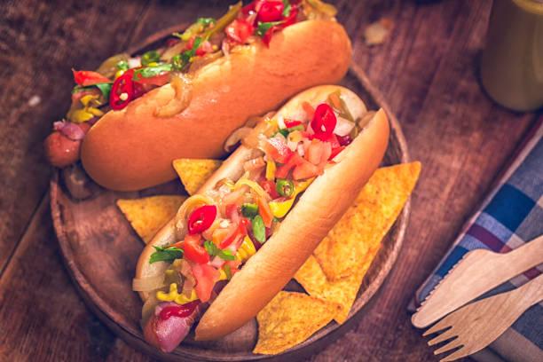 california style chili hotdog mit zwiebeln und paprika - wurst käse dips stock-fotos und bilder
