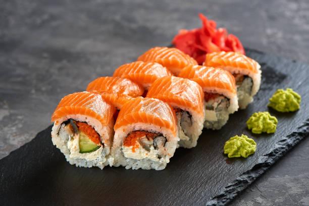 kalifornisk sushirulle med lax - sushi bildbanksfoton och bilder