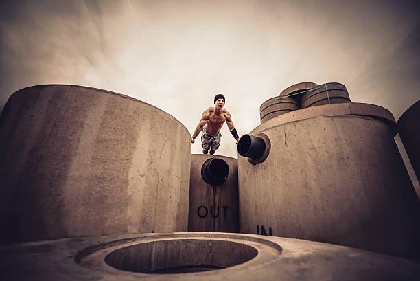 callistenia pilastri in cemento. - man city exercise abs foto e immagini stock