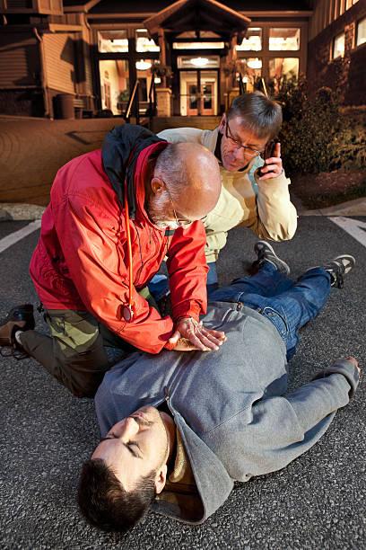 rianimazione cardiopolmonare chiamata 911 - persona in secondo piano foto e immagini stock