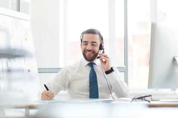 Callcenter-Agent bei der Arbeit – Foto