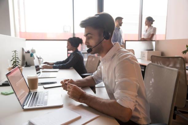 call center agent bär headset consulting klient online - tvärsnitt bildbanksfoton och bilder