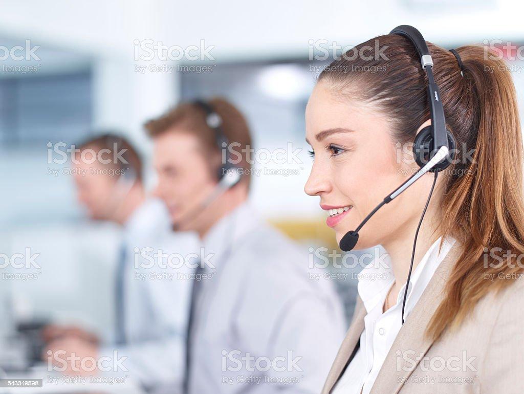 Llamada centro agentes trabajando en la oficina - foto de stock