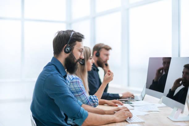 Callcenter-Mitarbeiter am Arbeitsplatz im Büro – Foto