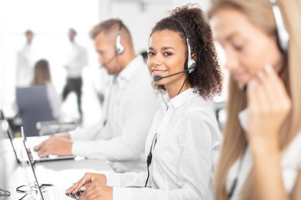 Callcenter-Mitarbeiterin in Begleitung ihres Teams. – Foto
