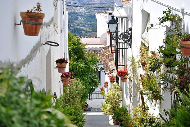 calle de pueblo - andalousie photos et images de collection