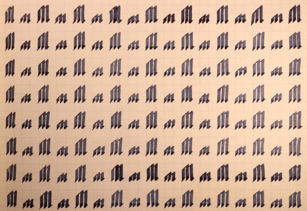 서예 문자 M 학습 기술 종이 페이지. 서예 문자 m 배경입니다. 워크 시트를 작성하는 문자 연습. 필기 기호 채우기 패턴입니다. 스톡 사진