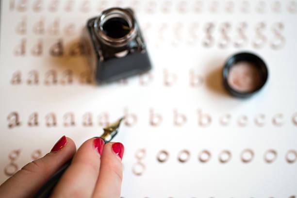 kalligrafie schreiben übung - kreatives schreiben übungen stock-fotos und bilder