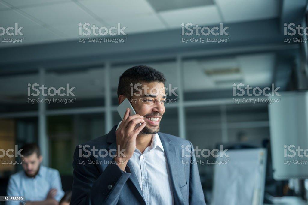 Ruft einen Kunden – Foto