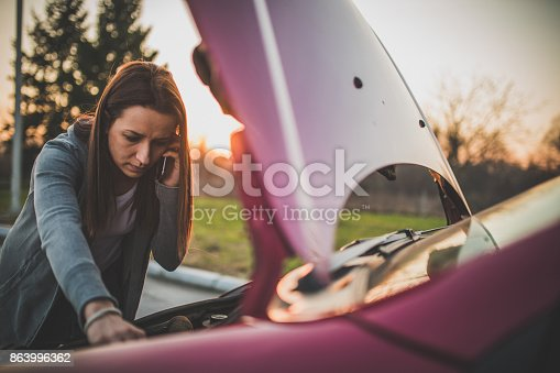 istock Calling Emergency Service 863996362