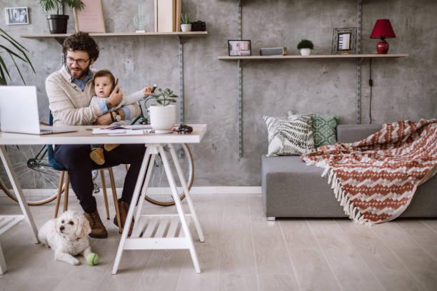 mamá de vocación en trabajo - padre que se queda en casa fotografías e imágenes de stock