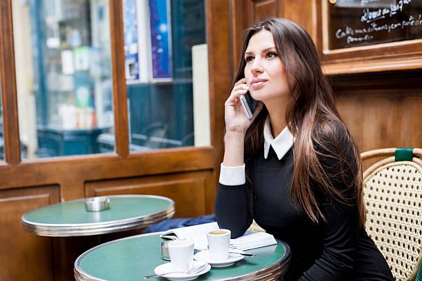 femme qui téléphone pour son emploi de rêve