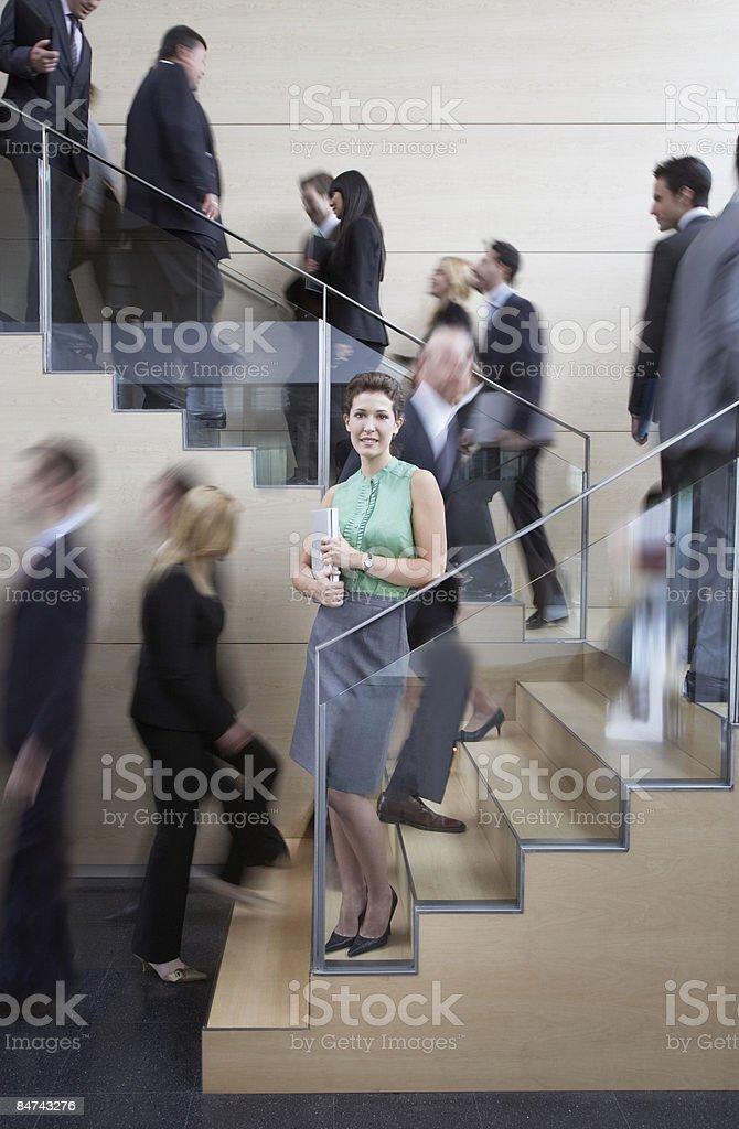 Tranquila mujer de negocios en oficina agitado escalera foto de stock libre de derechos