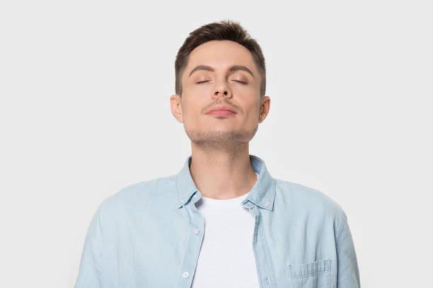 진정 백인 남자 호흡 깊은 즐기는 쾌적한 냄새 - 향기로운 뉴스 사진 이미지