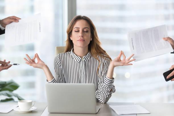 calma feminino executivo meditando tendo intervalo evitando trabalho estressante - escapismo - fotografias e filmes do acervo
